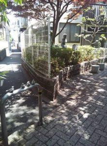小鳥の付いた柵がある2つ目のわき道