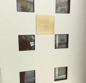 玄関ドアにゴールドの看板